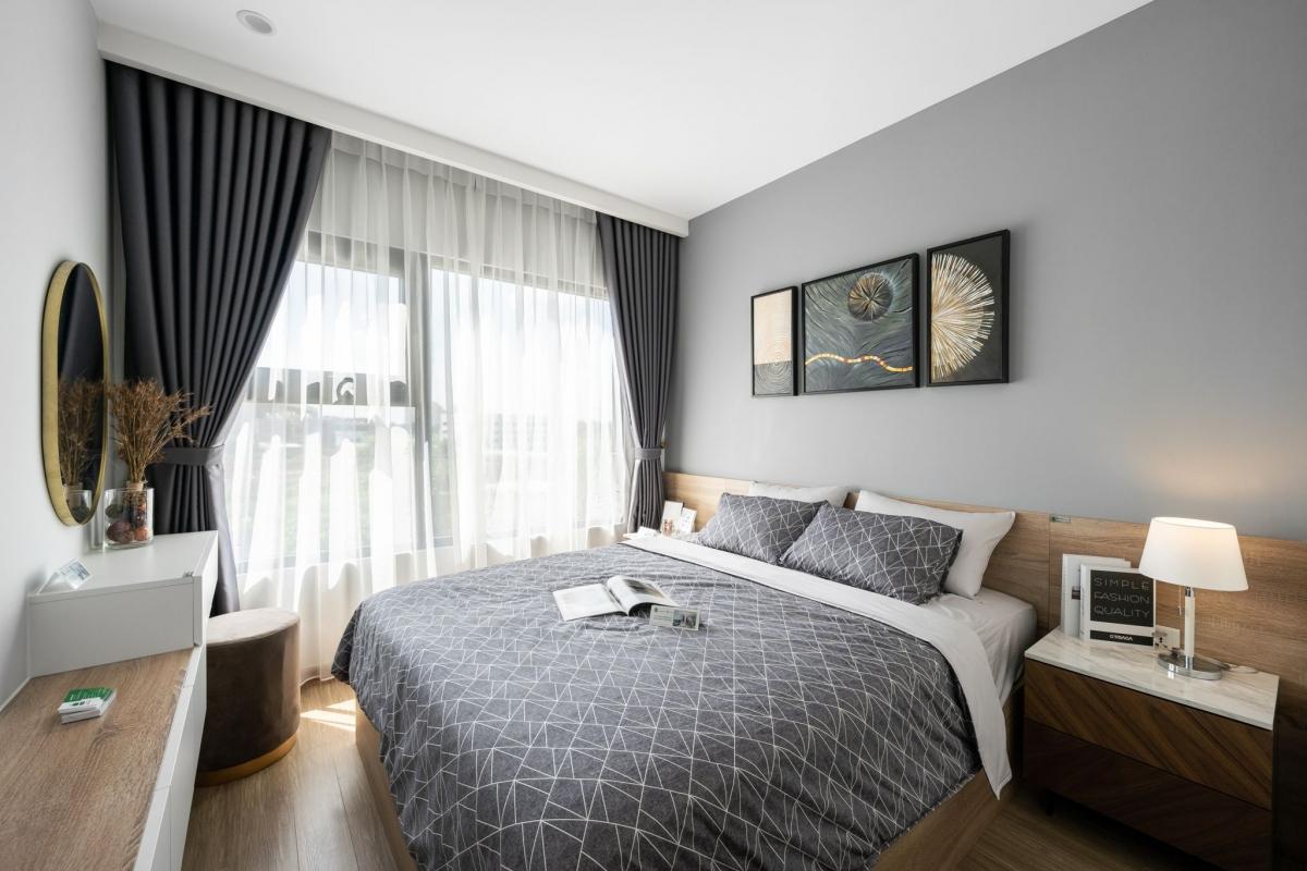 Phòng ngủ rộng rãi sử dụng gỗ công nghiệp MFC kết hợp các mảng tường, khối màu điểm nhấn mang lại cá tính nhưng vẫn giữ sự ấm cúng cho không gian nghỉ ngơi.