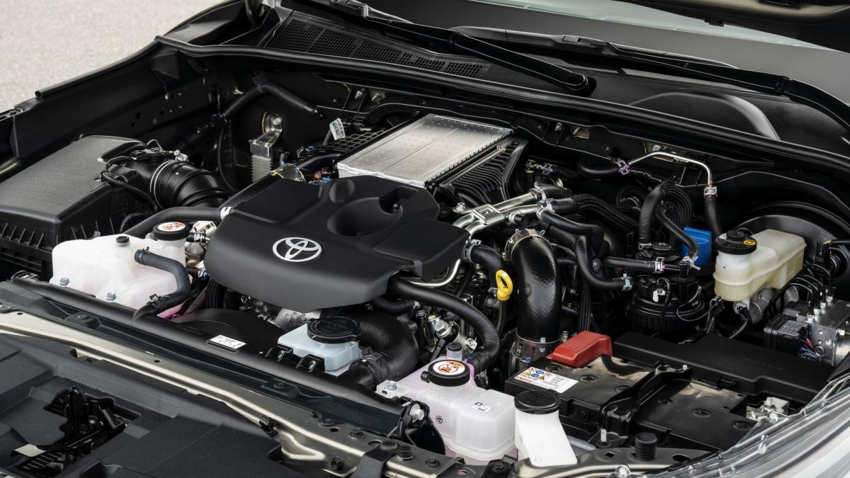 Động cơ khác cũng được cung cấp trên dòng Toyota Hilux bản nâng cấp là động cơ diesel 4 xi lanh 2.4L sản sinh công suất 148 mã lực và mô men xoắn 400 Nm từ 1.600 vòng/phút đến 2.000 vòng/phút. Cả 2 động cơ đều đáp ứng tiêu chuẩn Euro 6d.