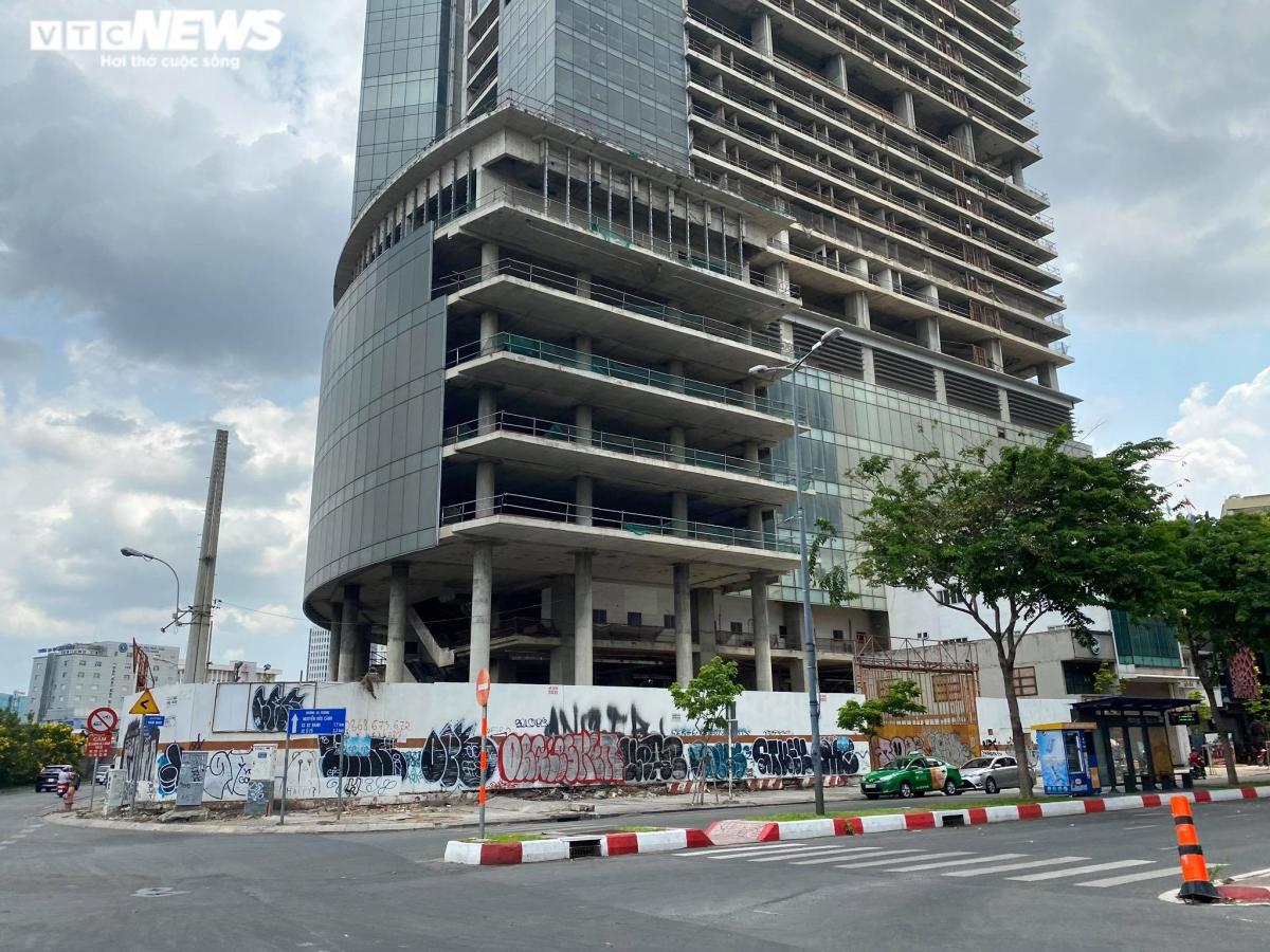 Bắt đầu khởi công từ năm 2007 và dự kiến hoàn thành sau 2 năm nhưng Saigon One Tower bị đình trệ rồi bỏ hoang tới nay. Tháng 10/2014, Thanh tra TP.HCM ra quyết định thanh tra toàn diện việc triển khai dự án này. Đến 21/8/2017, Saigon One Tower bị VAMC bị thu giữ rồi mang ra đấu giá với giá khởi điểm 6.110 tỷ đồng.
