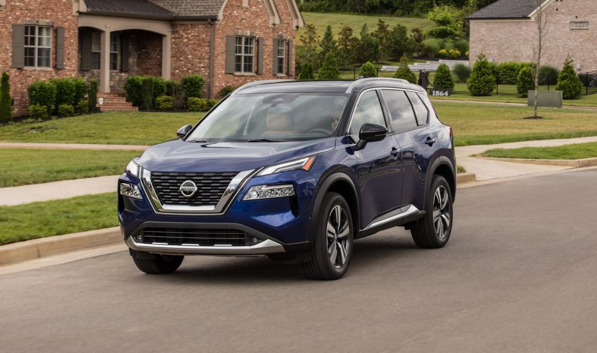 Tại Mỹ, Nissan Rogue 2021 được phân phối 8 phiên bản, bản cao cấp nhất có giá36.800 USD. Ở thế hệ mới, Rogue có kiểu dáng vuông vức, mạnh mẽ hơn thế hệ cũ.