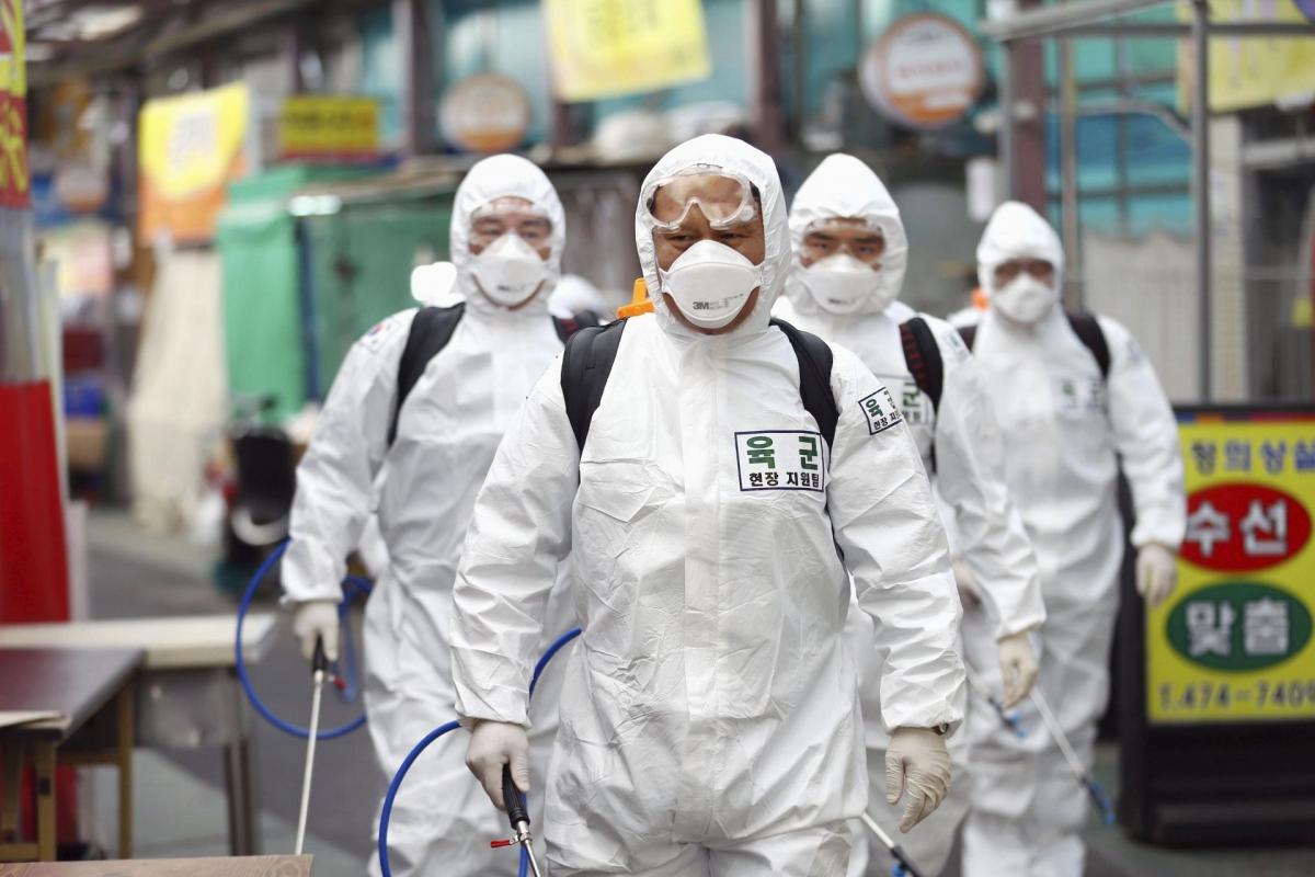 Nhân viên y tế tẩy trùng tại Hàn Quốc. (Nguồn: Kyodo)