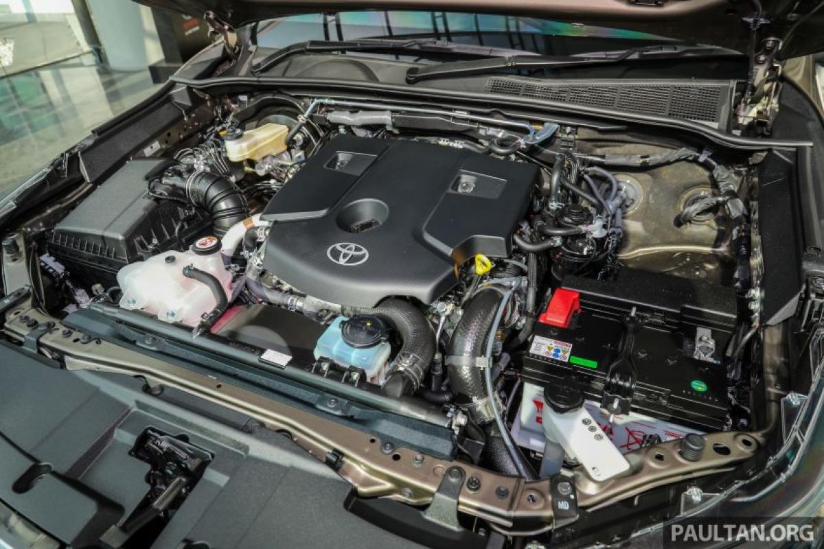 Phần còn lại của dòng Hilux là động cơ 2GD-FTV 2.4L sản sinh công suất 147 mã lực tại vòng quay 3.400 vòng/phút và mô men xoắn 400 Nm tại vòng quay từ 1.600 vòng/phút đến 2.000 vòng/phút. Bộ tăng áp vòi phun biến thiên (VNT) có được những cải thiện đáng kể về khả năng làm mát và tiết kiệm nhiên liệu. Nhờ việc tăng áp suất trong hệ thống đường ống chung, hiệu suất nhiên liệu tăng 5%. Có lẽ quan trọng hơn hết là thời gian phục vụ mới và dài hơn 10.000 km hoặc 6 tháng (trước đó là 5.000 km hoặc 3 tháng), sẽ giảm chi phí bảo trí và giảm bớt sự phức tạp.