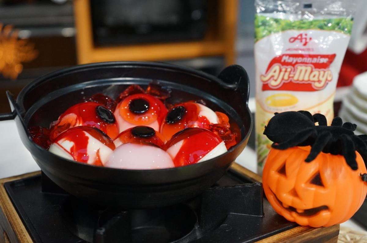 Mochi con ngươi được tạo hình từ thạch rau câu với nước cốt dừa và thạch sương sáo ăn kèm với siro dâu tây.