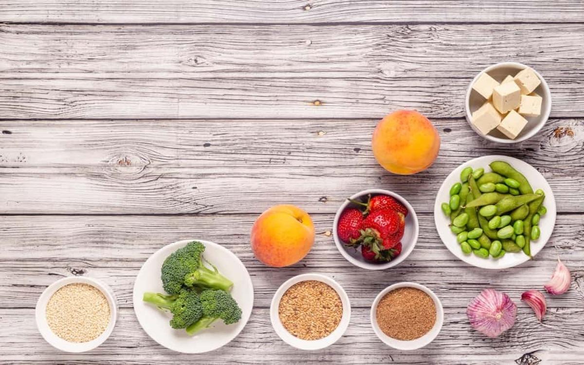 Bổ sung estrogen tự nhiên qua chế độ ăn uống: Các thực phẩm giàu estrogen là hạt lanh, đậu nành, trái cây khô, hạt vừng, quả mọng...