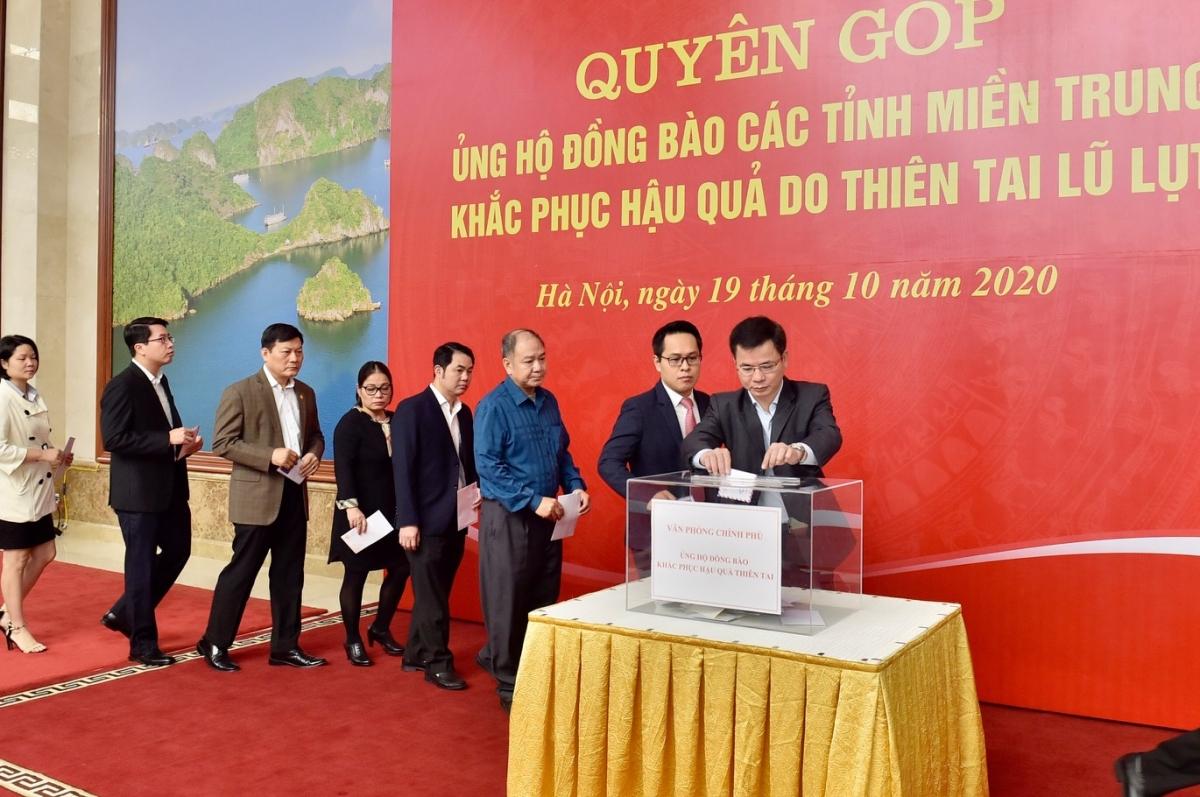 Cán bộ, nhân viên văn phòng Chính phủ quyên góp ủng hộ đồng bào các tỉnh miền Trung. Ảnh: VGP/Nhật Bắc
