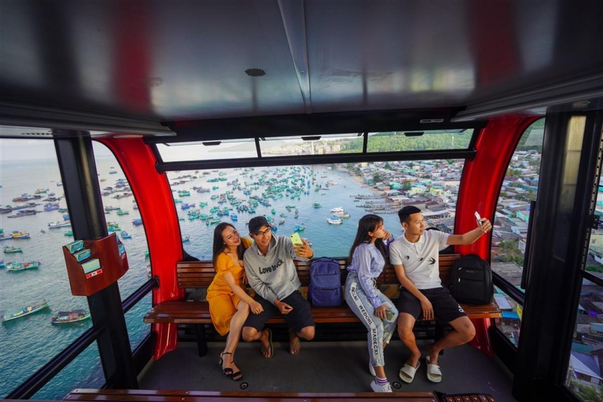 Khách du lịch trải nghiệm cáp treo Hòn Thơm. width=