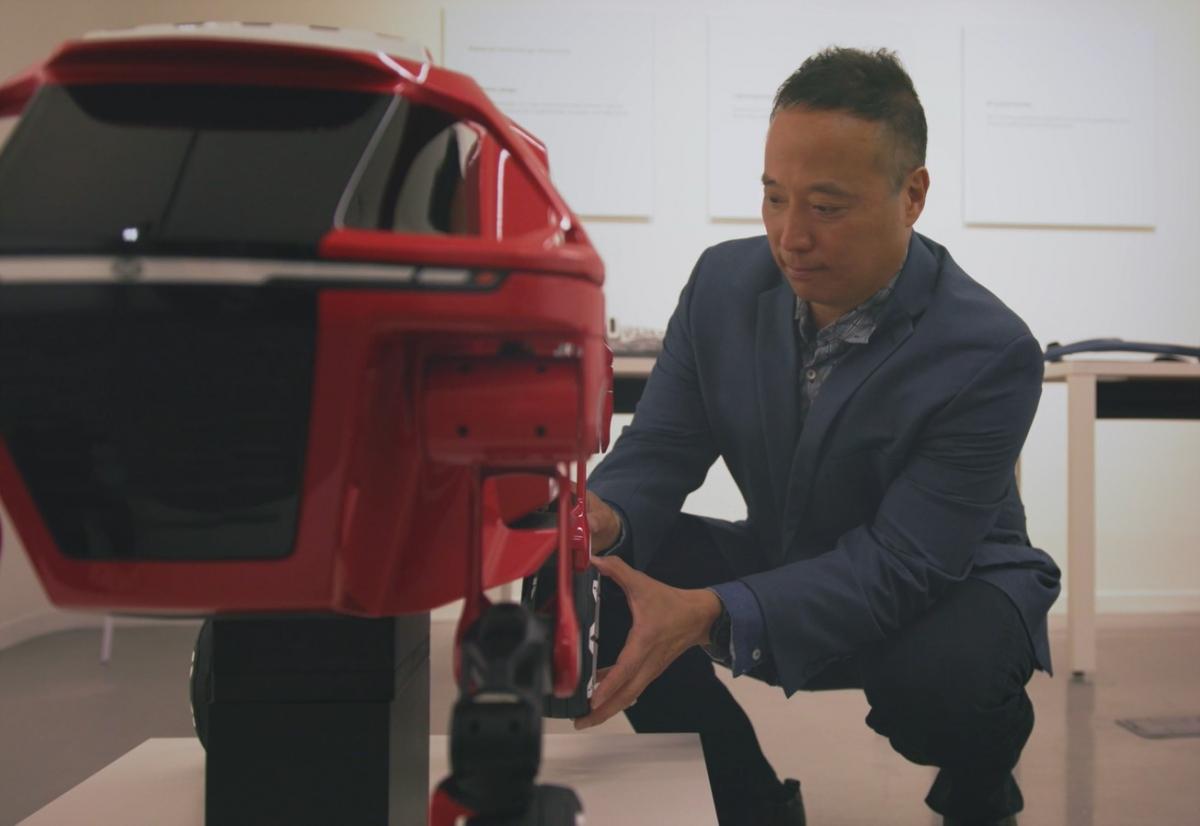 Ông John Suh, Giám đốc sáng lập của trụ sở New Horizons Studio thuộc Hyundai đang kiểm tra các bộ phận của mẫu xe Elevate đa năng đòi hỏi sức mạnh và độ gọn nhẹ vượt trội.