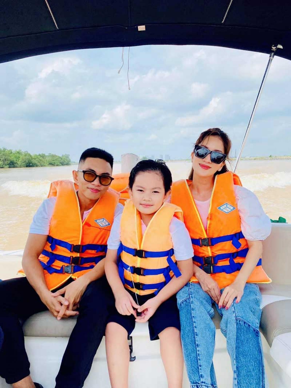 Trong chuyến đi, gia đình Khánh Thi đã thích thú tham quan dự án bằng cano để được tận hưởng cảnh sắc thiên nhiên sinh thái ven sông Đồng Nai.