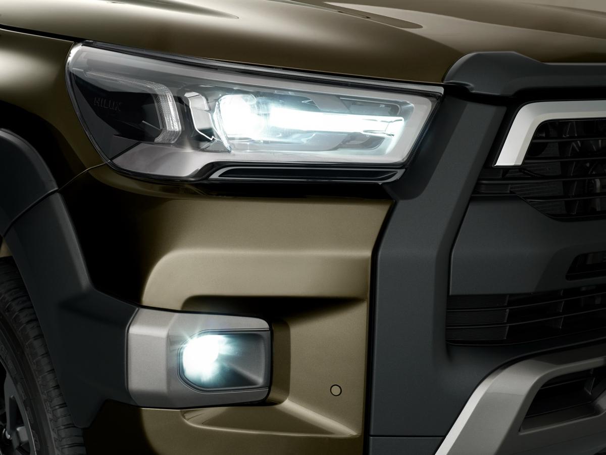 Ngoại thất của chiếc Hilux được làm mới với lưới tản nhiệt và cản trước cũng như đèn pha và đèn hậu LED mới và thiết kế mâm xe mới để lựa chọn. Bước vào bên trong cabin là hệ thống thông tin giải trí 8 inch với Apple CarPlay và Android Auto là tiêu chuẩn cùng với danh sách thiết bị phong phú hơn bao giờ hết.