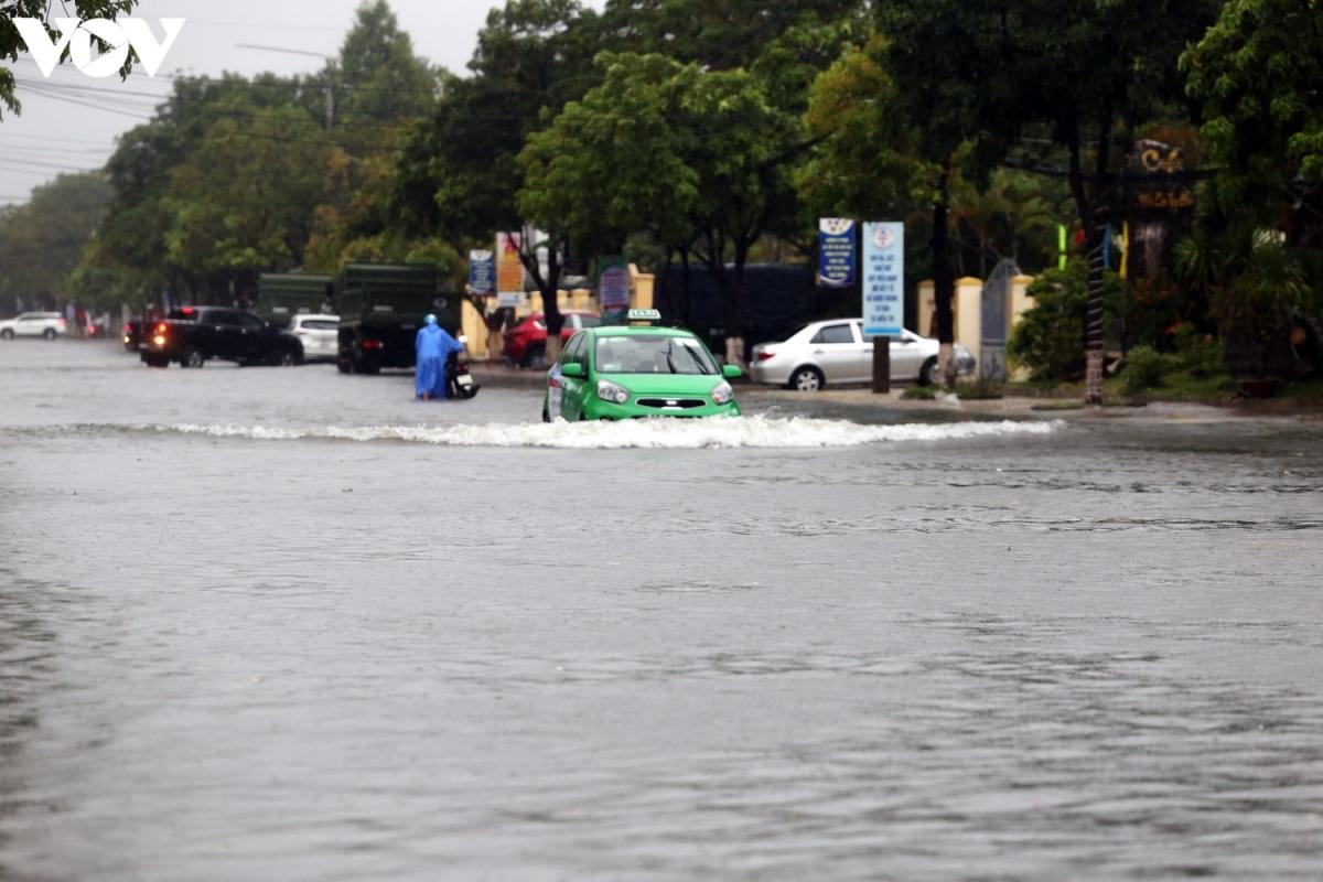 Xe taxi bì bõm trong nước.