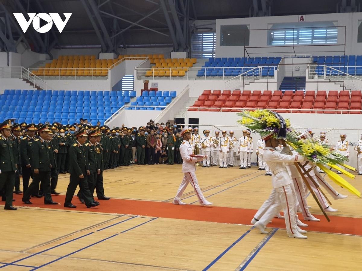 Đoàn Quân khu 4 do Trung tướng Nguyễn Doãn Anh, Tư lệnh Quân khu 4 làm trưởng đoàn vào viếng.