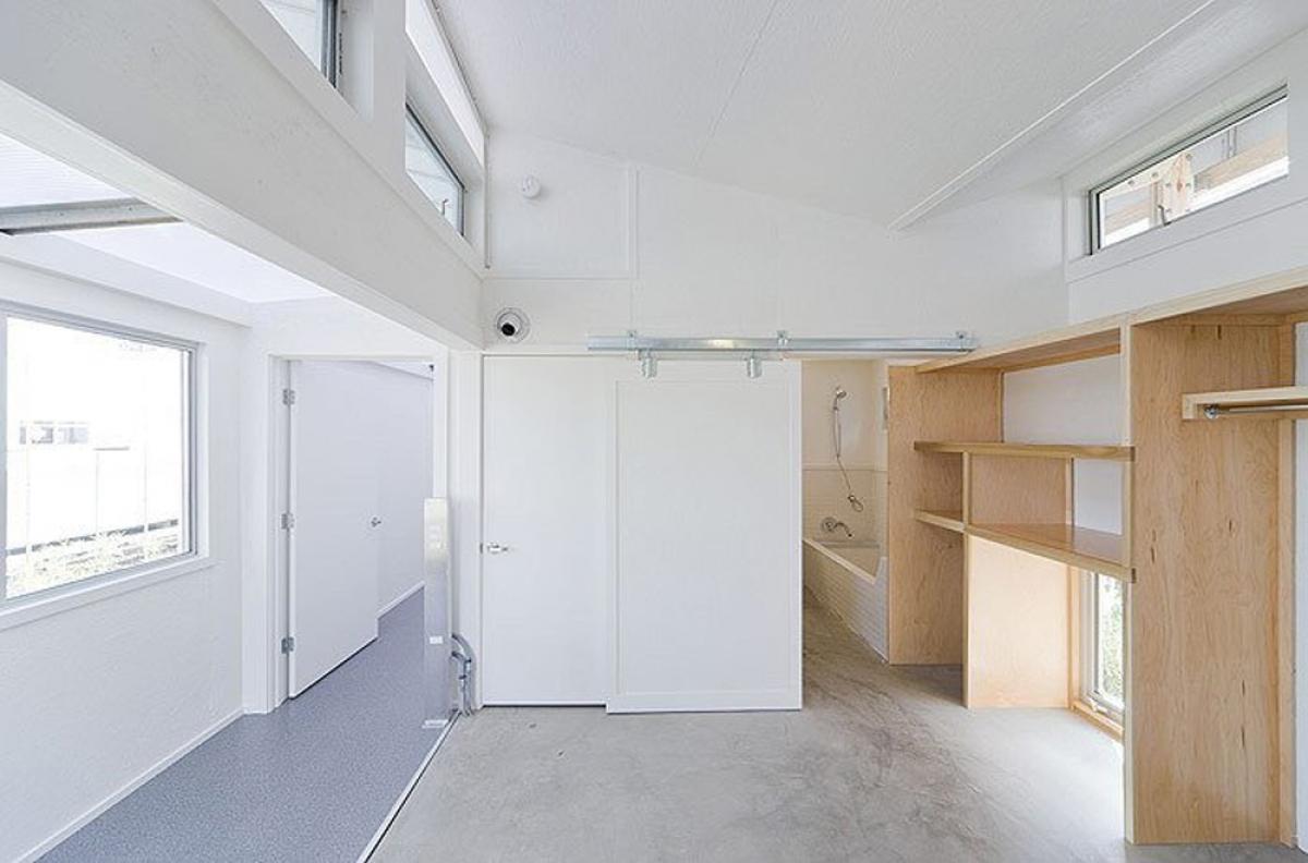 Với giá cả phải chăng, ngôi nhà được xây dựng trên bộ khung đúc sẵn, làm bằng bọt polystyrene phủ bê tông cốt sợi thủy tinh. (Ảnh: dornob.com)