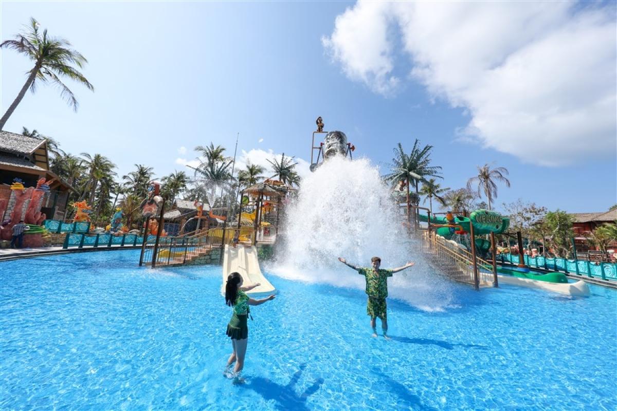 Khách du lịch vui chơi tại Công viên nước Aquatopia