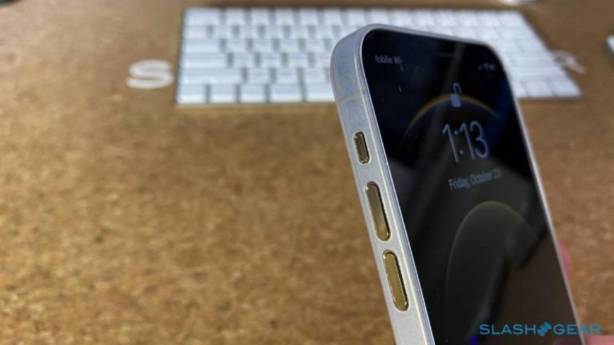 iPhone 12 Pro đi kèm màn hình 6,1 inch thay vì 5,8 inch của iPhone 11 Pro. Đây là loại màn hình Super Retina XDR với khả năng sáng hơn, độ phân giải cao hơn và tốt hơn.