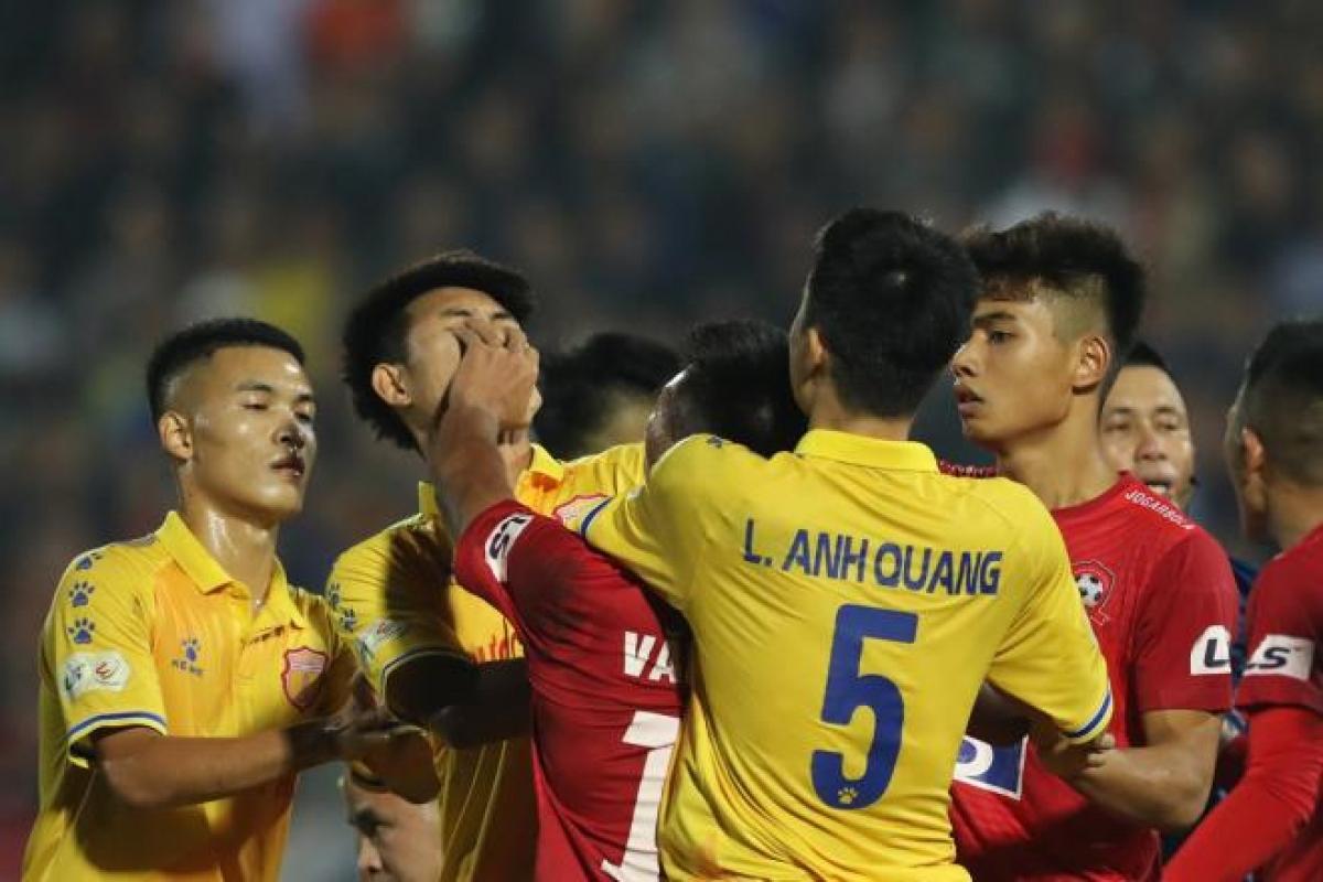 Một cầu thủ Nam Định vào can bị Văn Hạnh tát vào mặt. (Ảnh: N.Đ)