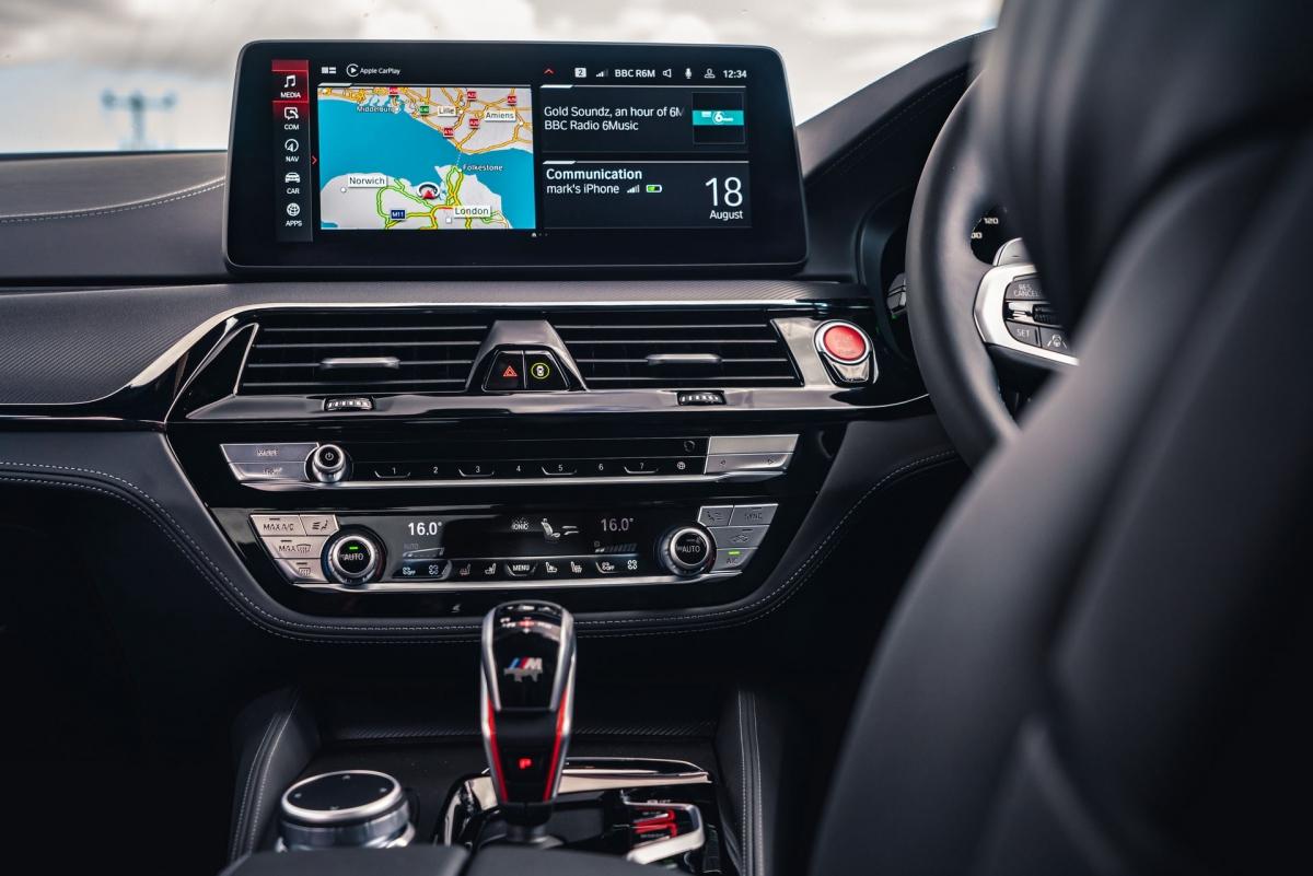 Một số chỉnh sửa nhỏ cũng đã được thực hiện cho cabin bao gồm hệ thống thông tin giải trí 12,3 inch mở rộng hoàn chỉnh với kết nối Android Auto và điều hướng đám mây.