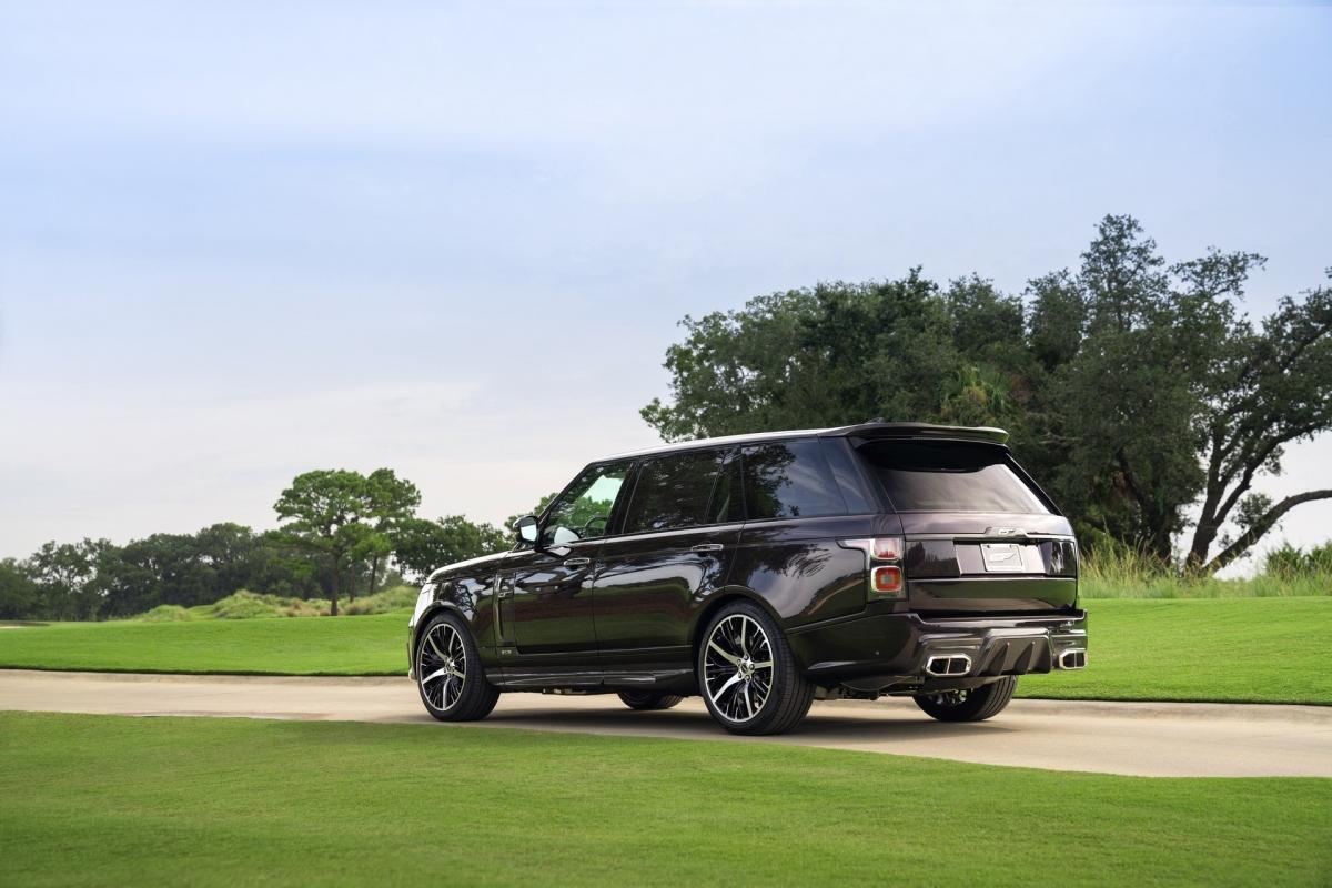Những thay đổi không dừng lại ở đó khi mà chiếc SUV sang trọng đã được trang bị cánh lướt gió sợi carbon và cản sau thể thao hơn với bộ khuếch tán nổi bật.