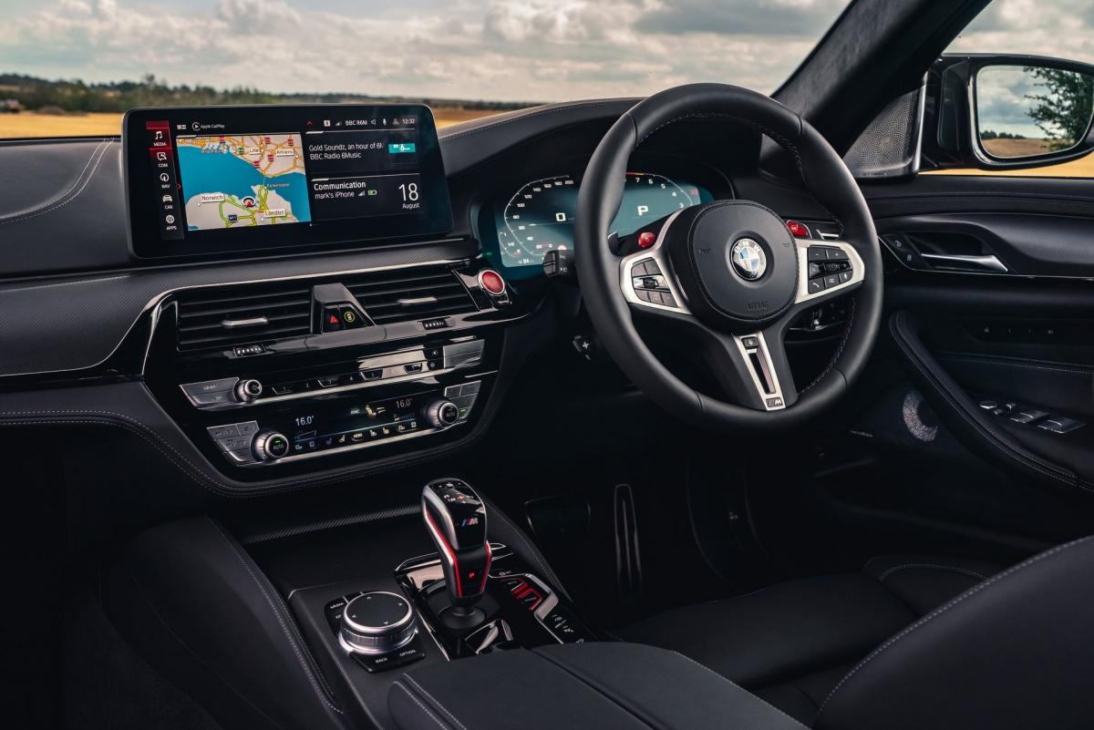 Phần nội thất của chiếc M5 Competition trông đặc biệt ấn tượng hơn nhờ có chất liệu da đen sang trọng và một loạt những điểm nhấn bằng sợi carbon.