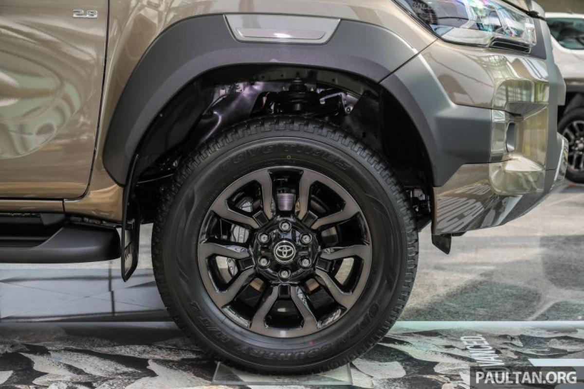 Bản Single Cab sử dụng mâm thép 17 inch, 2.4E và 2.4G sử dụng mâm hợp kim 17 inch trong khi 2.4V và Rogue sử dụng mâm 18 inch với lốp cao su địa hình đường cao tốc 265/60 (A/T cho phần còn lại). Vành xe của những bản cao cấp có vẻ ngoài độc đáo.