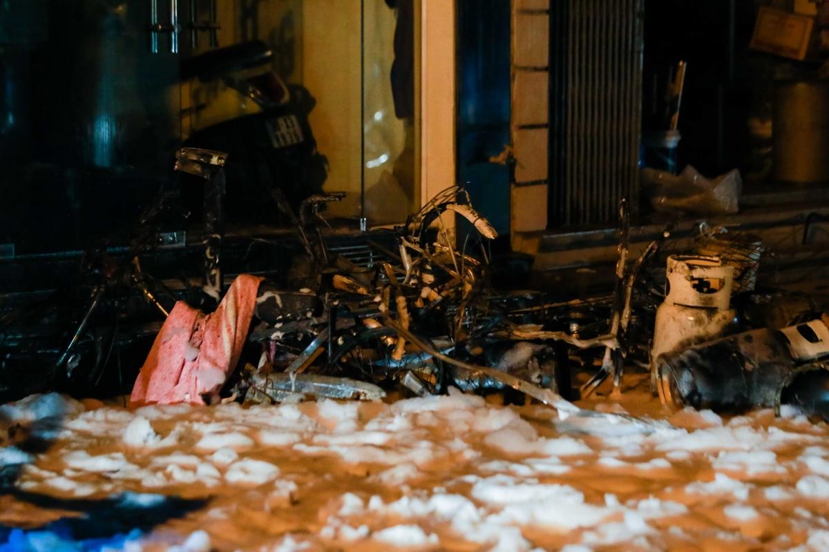 Tại hiện trường còn lại hàng loạt bình ga và phương tiện xe đạp, xe máy bị cháy trơ khung.