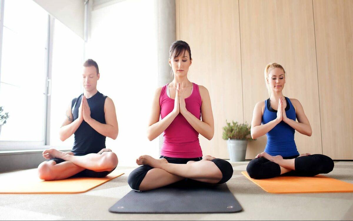 Tập yoga: Yoga có rất nhiều tác dụng tích cực với sức khoẻ, trong đó yoga giúp phụ nữ cân bằng nội tiết tố và điều hòa chu kỳ kinh nguyệt.