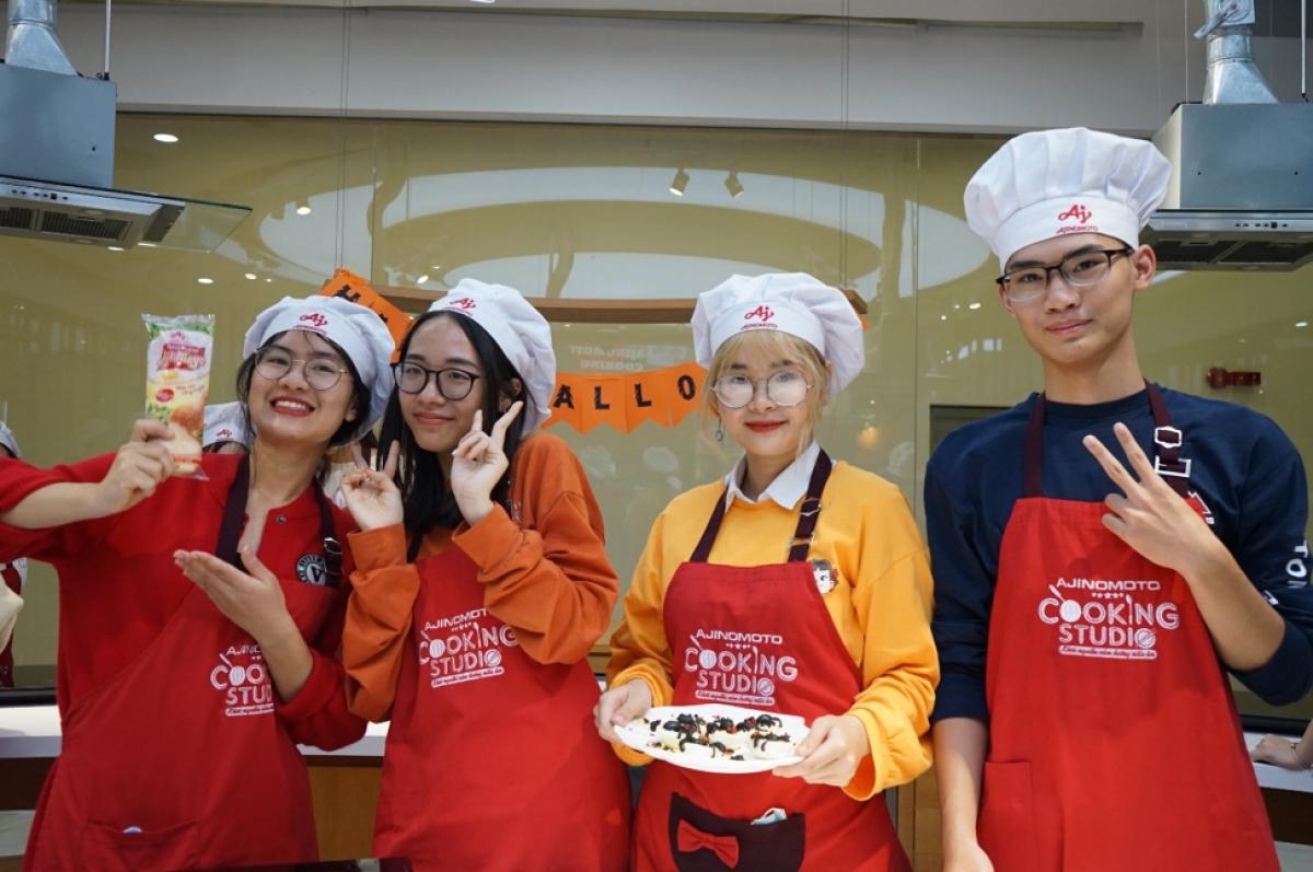 Các bạn sinh viên Học viện Ngoại giao lần đầu đến với lớp học nấu ăn.