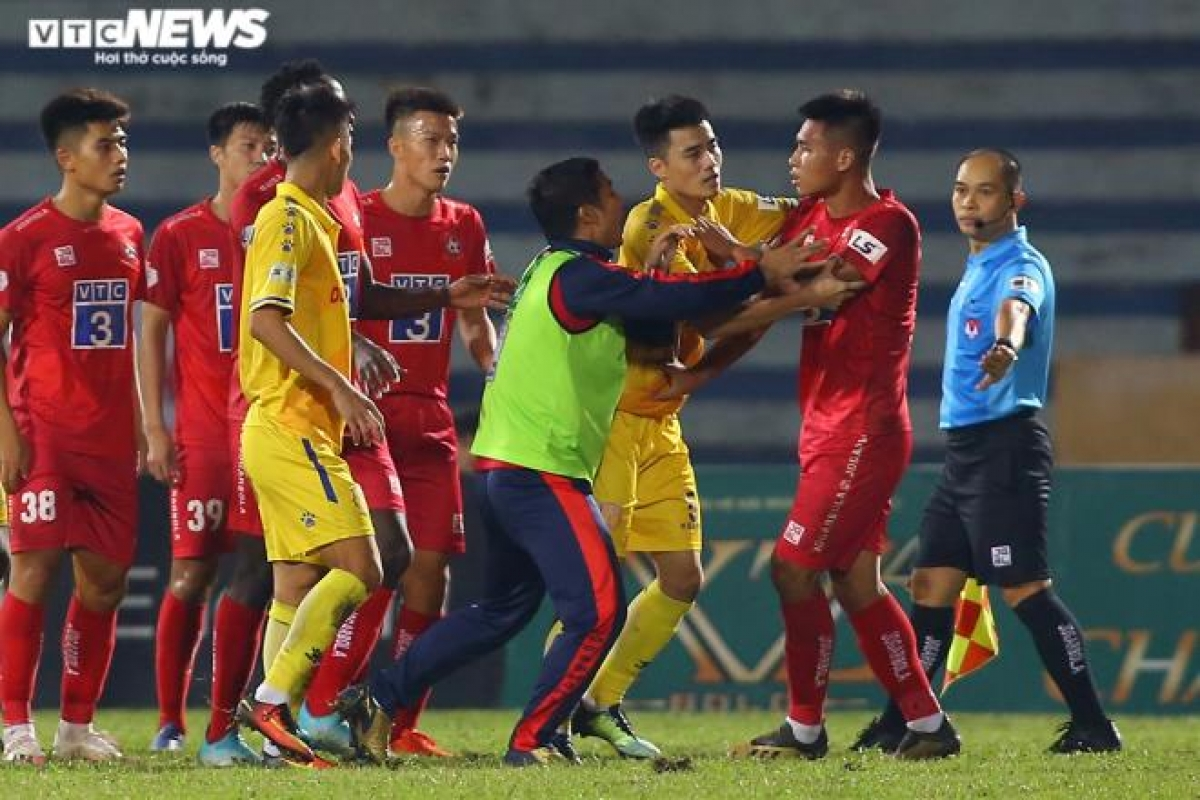 Trợ lý HLV CLB Hải Phòng - Lê Quốc Vượng vội vã chạy vào sân khuyên giải học trò.