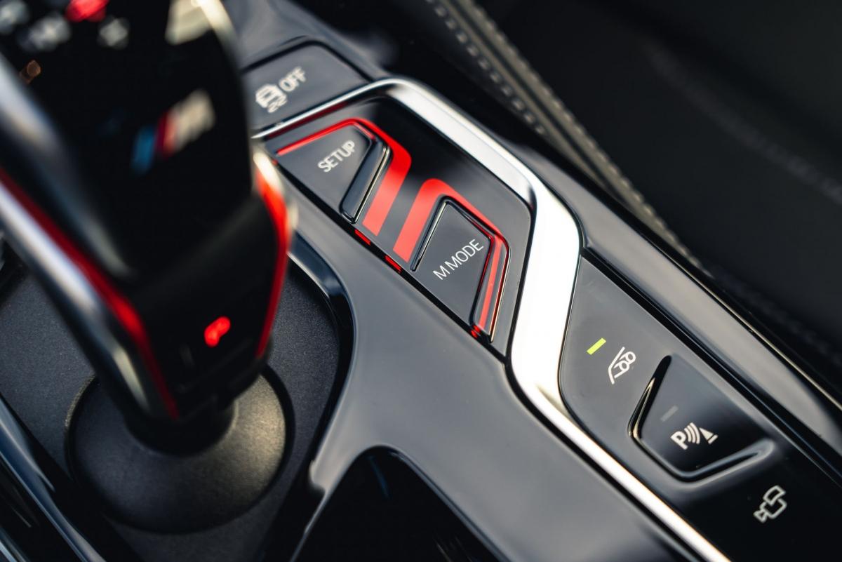 Ngoài ra, còn có bảng điều khiển trung tâm được sửa đổi và 2 nút phát sáng, một để cho chế độ M và một để điều chỉnh thiết lập xe.