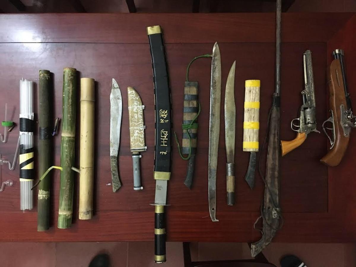 Súng, lựu đạn, dao kiếm mà cơ quan điều tra thu giữ tại nhà Âu.