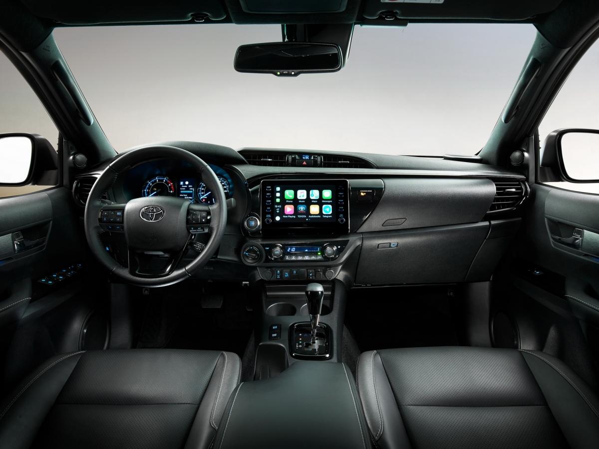 Ngoài ra, Toyota sửa đổi hệ thống treo trên chiếc Hilux mới để cải thiện độ thoải mái trên đường, lò xo lá phía sau được thiết kế lại, cùng với ống lót mới mang lại cảm giác lái êm ái hơn cùng với bộ giảm xóc được sửa lại toàn bộ. Toyota Hilux mới cũng được trang bị hệ thống trợ lực biến thiên để mang lại cảm giác và phản ứng tốt hơn cũng như tiết kiệm nhiên liệu tốt hơn.