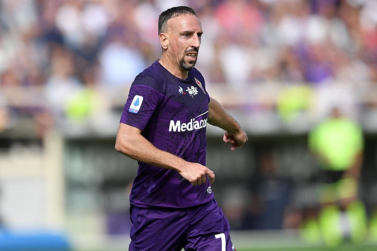 """Franck Ribery (37 tuổi/Fiorentina) - Tưởng như Ribery sẽ chỉ sang Italy để """"dưỡng già"""" nhưng anh đã cho thấy điều ngược lại với những đóng góp không nhỏ cho đội bóng ở Serie A. Mùa trước, anh ghi được 3 bàn thắng sau 21 trận đấu còn mùa này anh đã có 2 kiến tạo sau 2 trận."""