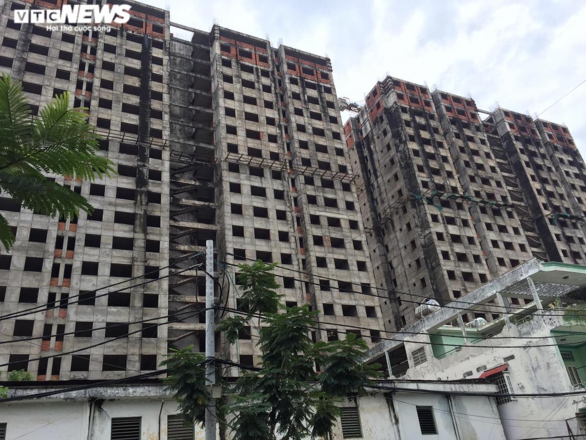 Ngân hàng Sài Gòn - SCB đang rao bán dự án BMC Hưng Long trên đường Huỳnh Tấn Phát (Quận 7). Dự án hơn 860 căn hộ (có 4 căn biệt thự trên cao). Động thổ từ năm 2006, khởi công từ 2011, trên diện tích gần 2ha, tổng đầu tư 400 tỷ đồng, dự tính 30 tháng sẽ giao nhà, tuy nhiên đến nay vẫn dang dở.