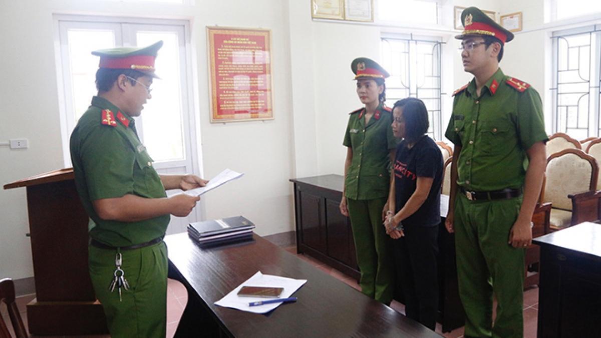 Cơ quan điều tra đọc quyết đinh khởi tố bị can đối với Nguyễn Thị Vân.