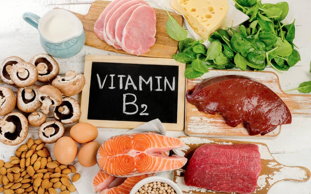 Những thực phẩm giúp bạn bổ sung vitamin B2 như hạnh nhân, nấm, cá, thịt, súp lơn xanh, sữa hạt mè, phomat...