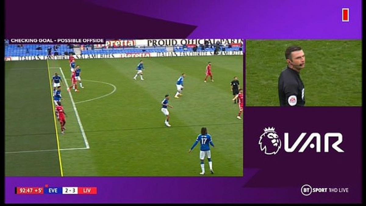 Jordan Henderson đưa bóng vào lưới Everton ở phút 90+2 nhưng VAR từ chối bàn thắng vì lỗi việt vị của Sadio Mane. (Ảnh: Daily Mail)