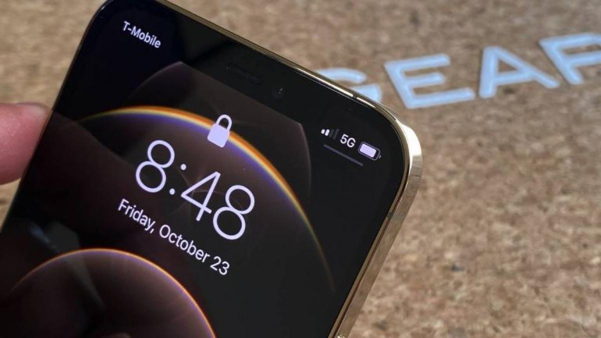 iPhone 12 Pro còn mang đến một số khả năng mới như Deep Fusion trên cả 4 camera, cũng như hỗ trợ mạng 5G đầy đủ (cả băng tần mmWave lẫn Sub 6 GHz). Riêng mmWave chỉ tồn tại trên các mẫu iPhone 12 Pro bán ra tại Mỹ.