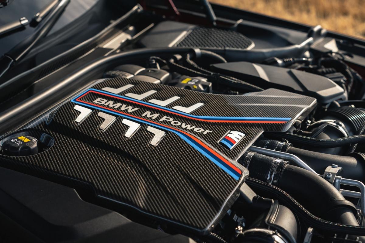 Giống như phiên bản trước, chiếc M5 2021 được trang bị động cơ tăng áp kép V8 4.4 L sản sinh công suất 592 mã lực và mô men xoắn 750 Nm ở dạng tiêu chuẩn và tăng tốc từ 0 - 100 km/hchỉ trong 3,4 giây.