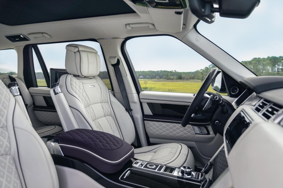 Trong khi chiếc Range Rover Autobio vốn đã sang trọng, Overfinch đã nâng tầm chiếc xe này bằng cách thiết lập da trần họa tiết kim cương Capiz White với những đường khâu chỉ tương phản trên ghế xe.