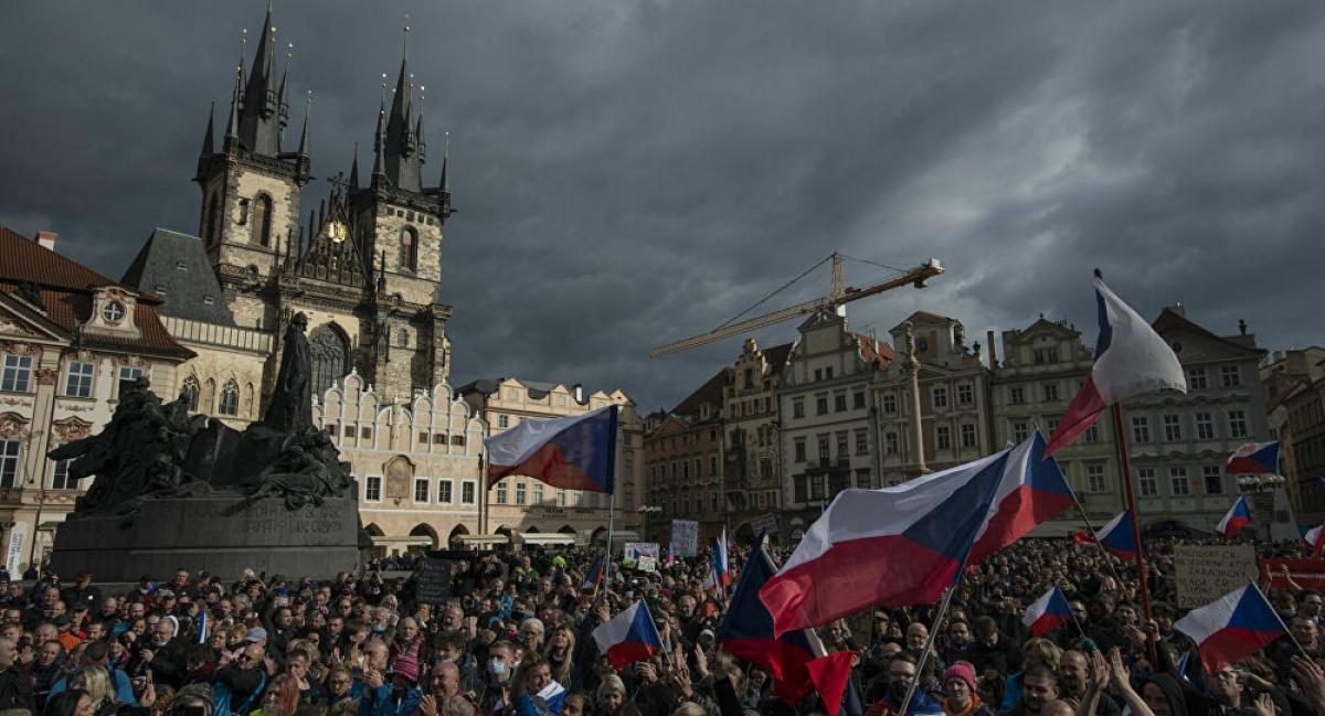 Hàng trăm người biểu tình phản đối chính phủ trong ngày Quốc khánh Séc. (Ảnh theo sputniknews).