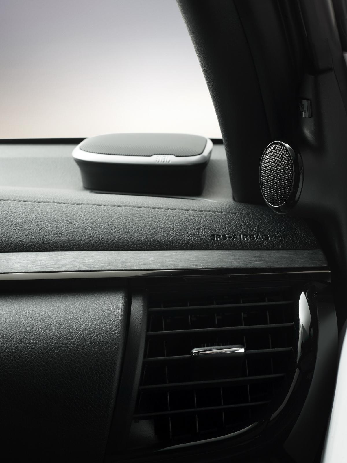 Những mẫu xe được trang bị hệ thống dẫn động bốn bánh cũng có chức năng điện tử mới mô phỏng bộ vi sai chống trượt giới hạn cơ học ở chế độ 2WD để cải thiện độ bám. Những thay đổi bao gồm tốc độ động cơ thấp hơn khi không tải và phản ứng chân ga được trả lại để kiểm soát tốt hơn và hệ thống VSC được nâng cấp. Toàn bộ những mẫu Hilux Double-Cab có khoảng sáng gầm 310 mm, góc tiếp cận và khởi hành lần lượt là 29 và 26, cùng khả năng lội nước ở độ sâu 700 mm./.