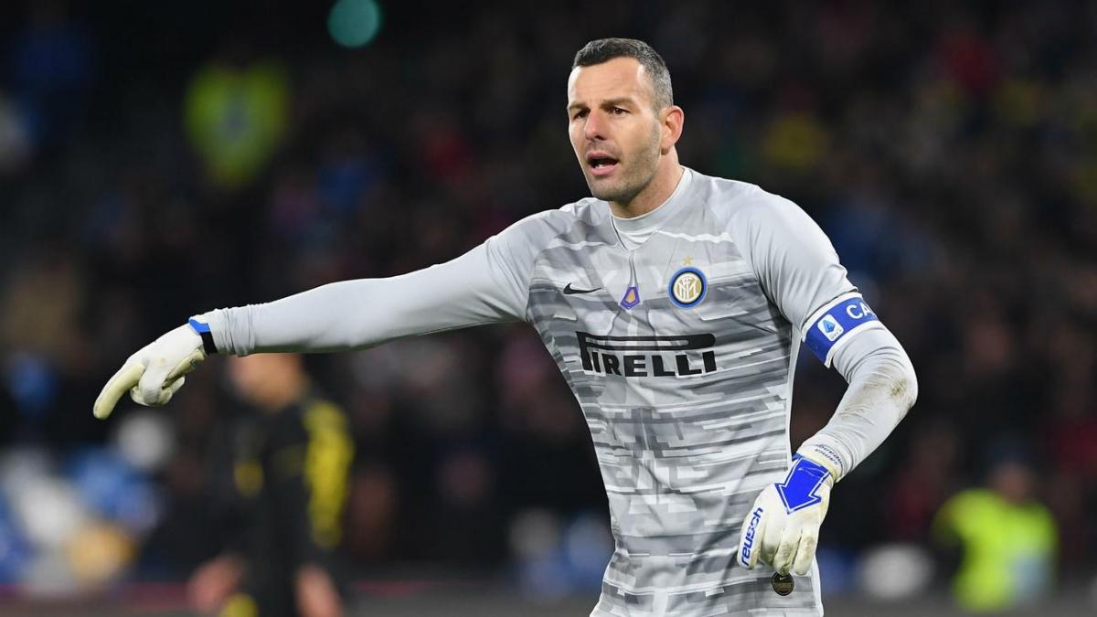 Samir Handanovic (36 tuổi/Inter): Bất chấp việc đã ở tuổi 36, thủ thànhHandanovic vẫn đang cho thấy anh là người gác đền tin cậy nhất của Inter Milan hiện tại.