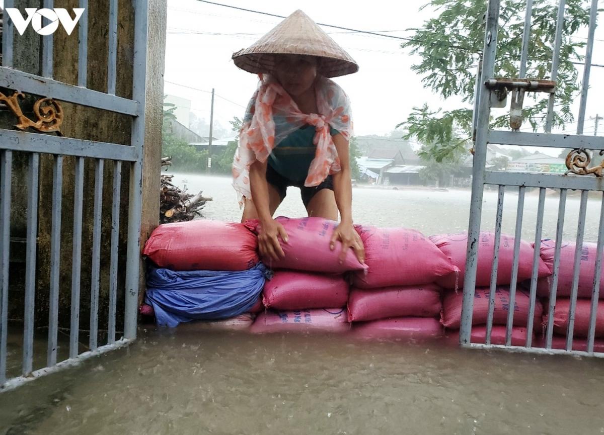 Người dân ở khu dân cư Chợ Lò, xã Tam Thái, huyện Phú Ninh, tỉnh Quảng Nam dùng bao tải kè chắn ngăn nước tràn vào nhà.