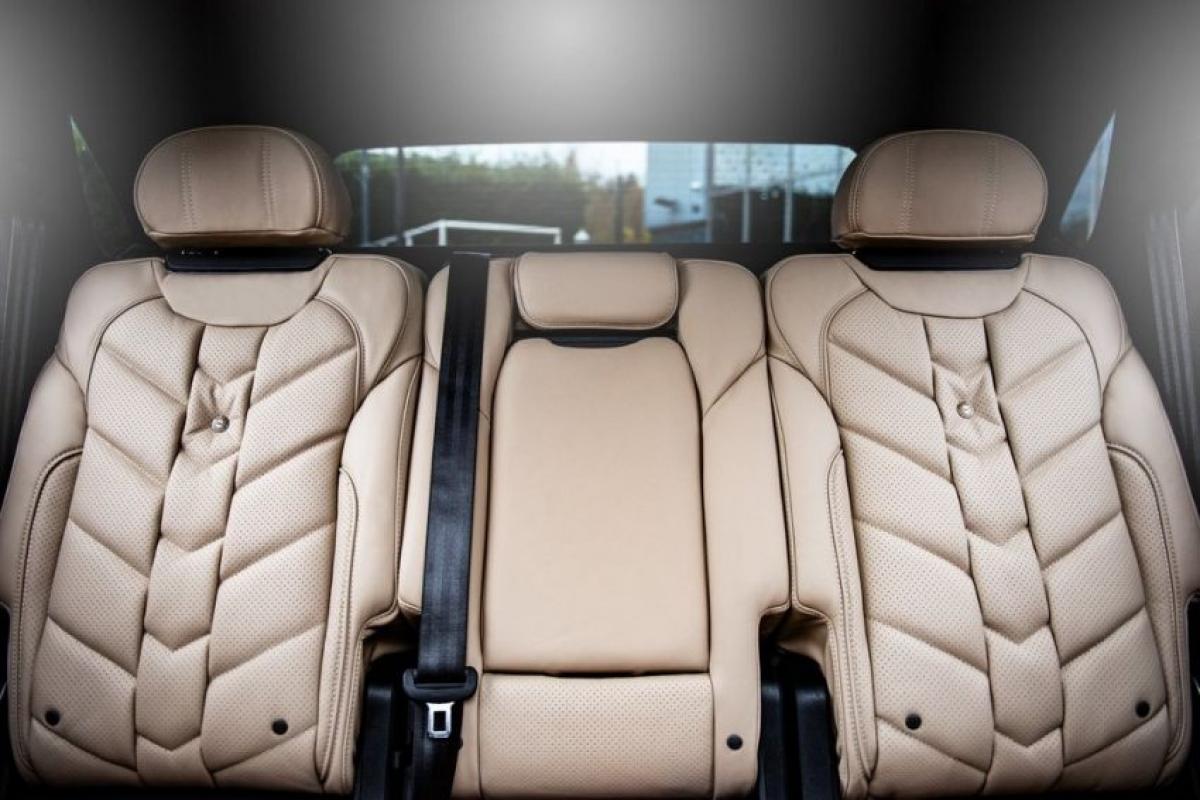 Như những chiếc Bentayga được trang bị động cơ V8, phiên bản Centenary này cũng được trang bị khóa vi sai điện tử và có tới 8 chế độ lái, 4 chế độ lái đường trường và 4 chế độ off-road.