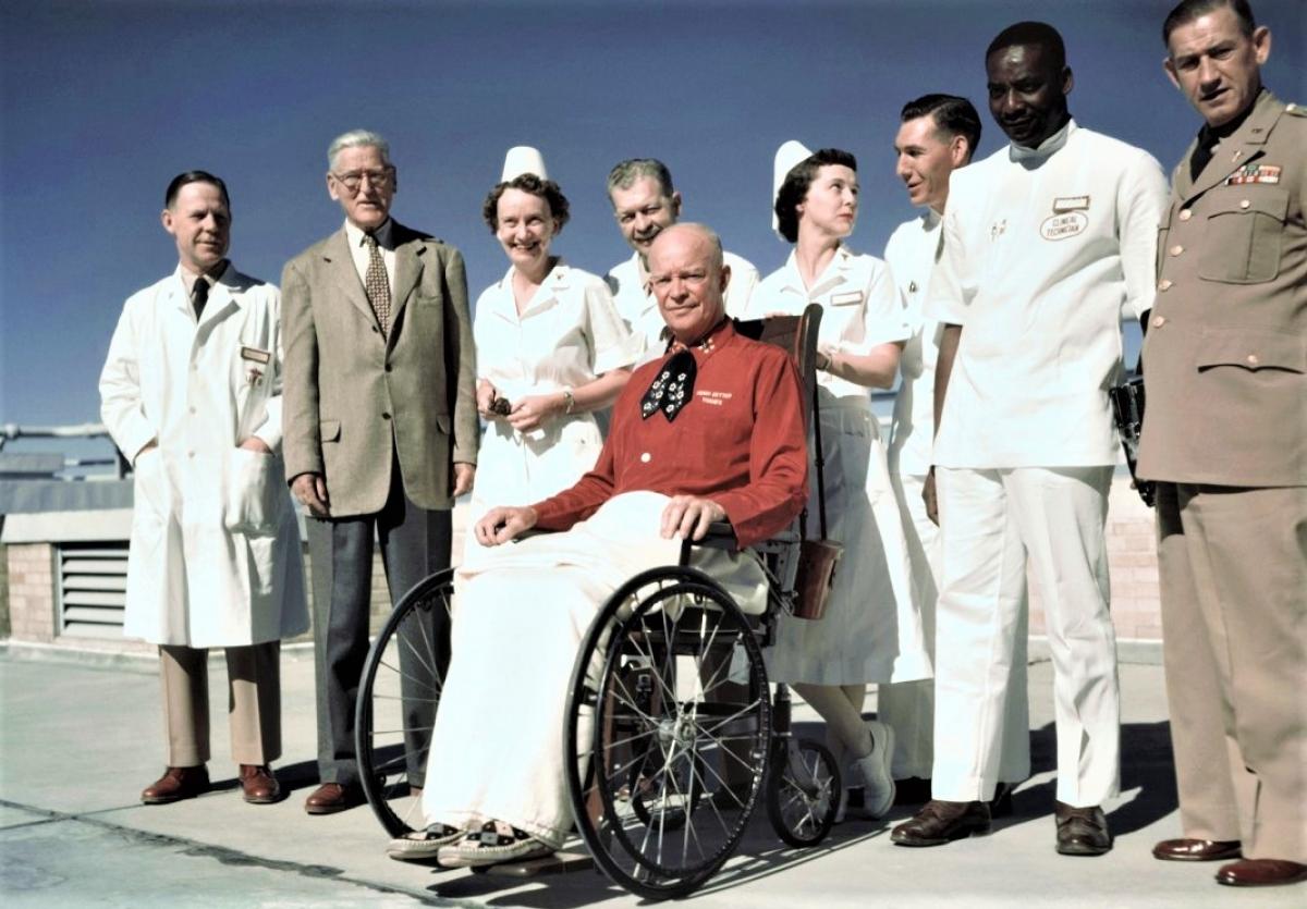 Tổng thống Eisenhower ngồi xe lăn; Nguồn: History.com