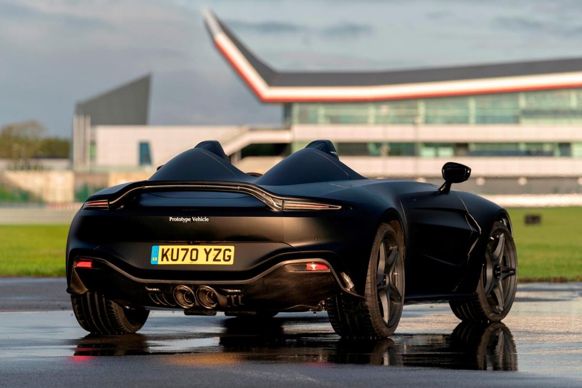 Để tối ưu cân nặng, Aston Martin cho biết chiếc xe sẽ có được nhiều chi tiết được làm bằng sợi carbon cả ở bên trong khoang lái cũng như bên ngoài. Xe sử dụng bộ mâm 21 inch với ốc khóa tâm, phanh gốm – carbon và hệ thống ống xả hiệu năng cao được tinh chỉnh riêng. Hai bệ đỡ đầu sau ghế ngồi có thể được sử dụng như một khoang chứa đồ.