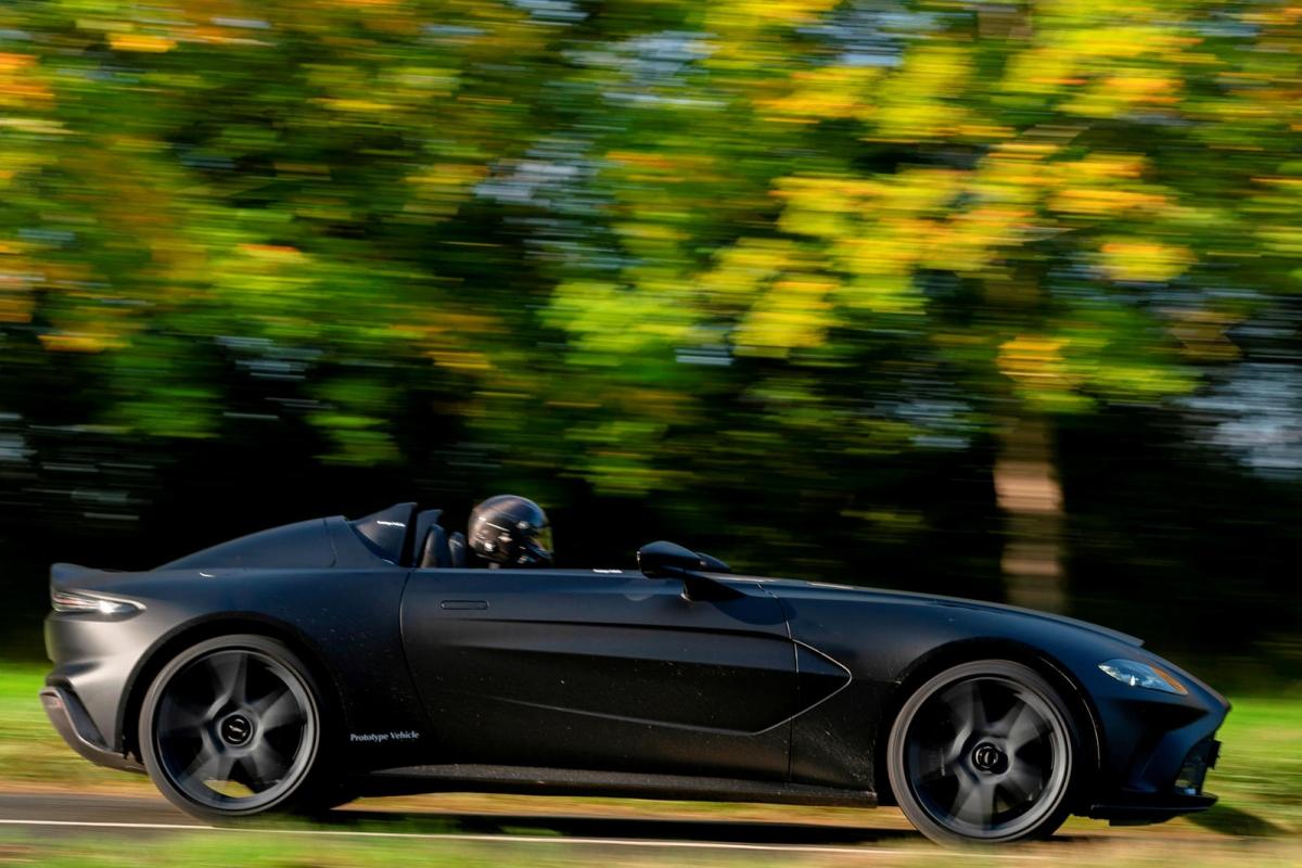 Aston Martin V12 Speedster sở hữu nền tảng khung gầm của Vantage với một số chi tiết của DBS Superleggera và được thiết kế theo phong cách speedster không mui, không kính chắn gió. Với kiểu thiết kế này, chiếc xe sẽ trở nên rất nhẹ khi sở hữu khung gầm bằng sợi carbon và không có mui xe, tuy nhiên con số cụ thể về cân nặng chưa được Aston Martin công bố.