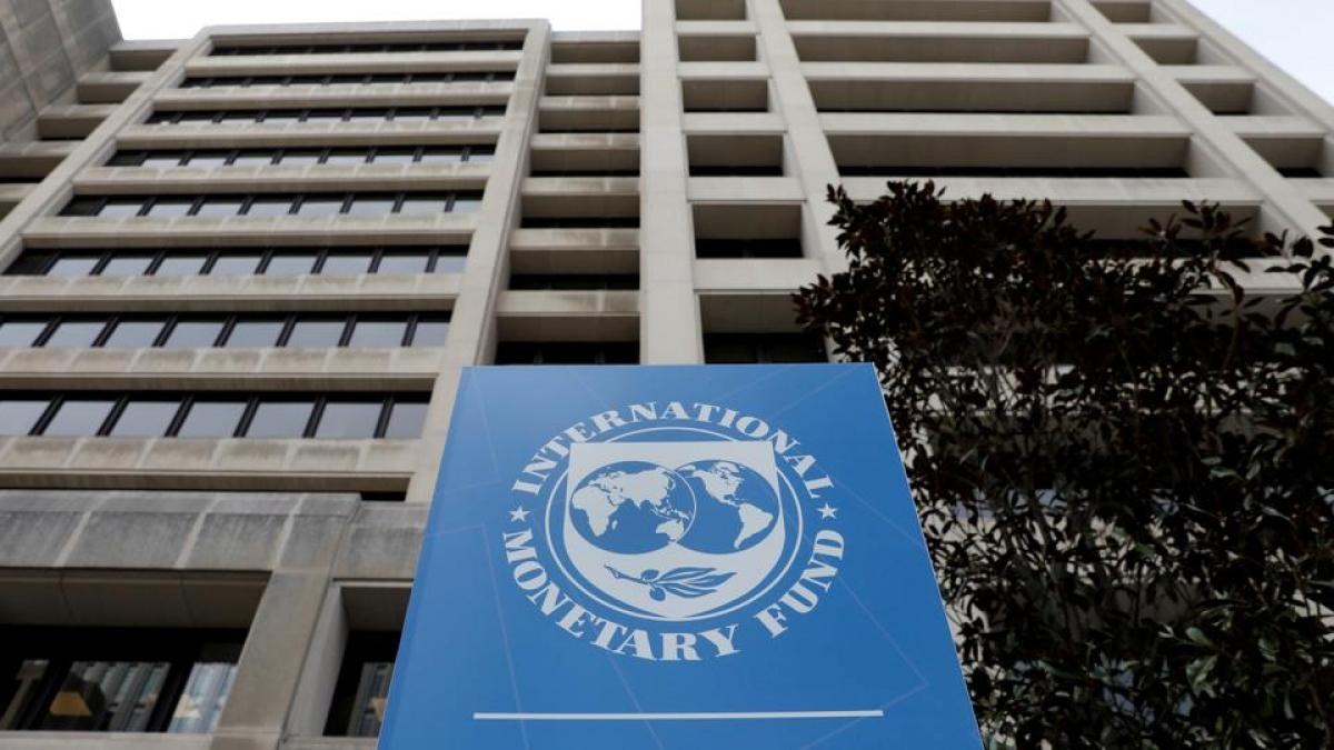 Đối với kinh tế toàn cầu năm 2021, IMF hạ dự báo tăng trưởng từ mức 5,4% xuống còn 5,2%. Ảnh: Reuters
