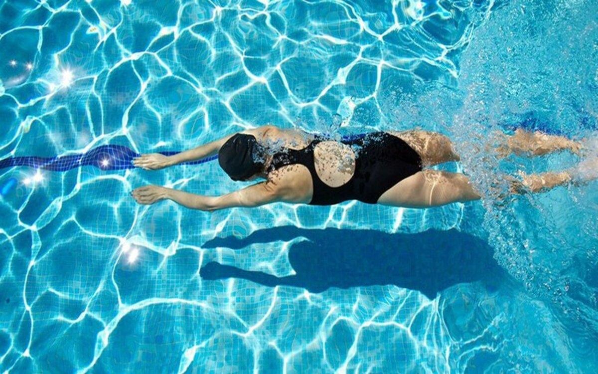 Hỗ trợ giảm viêm: Tập bơi thường xuyên có thể làm giảm viêm, nguyên nhân dẫn đến tình trạng tích tụ xơ vữa động mạch trong tim.