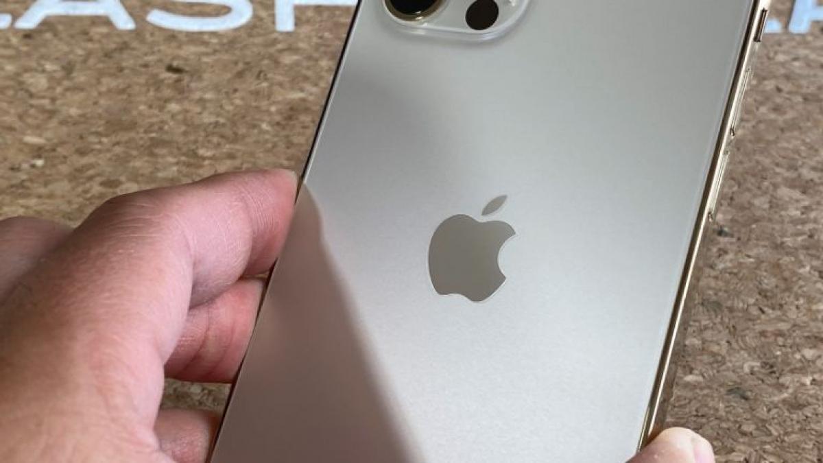 iPhone 12 Pro có thiết kế hoàn toàn mới với khung thép không gỉ phẳng và mặt sau bằng kính. Nó cung cấp cho người dùng các màu lựa chọn gồm Graphite, Xanh Navy, Bạc và Vàng Gold.
