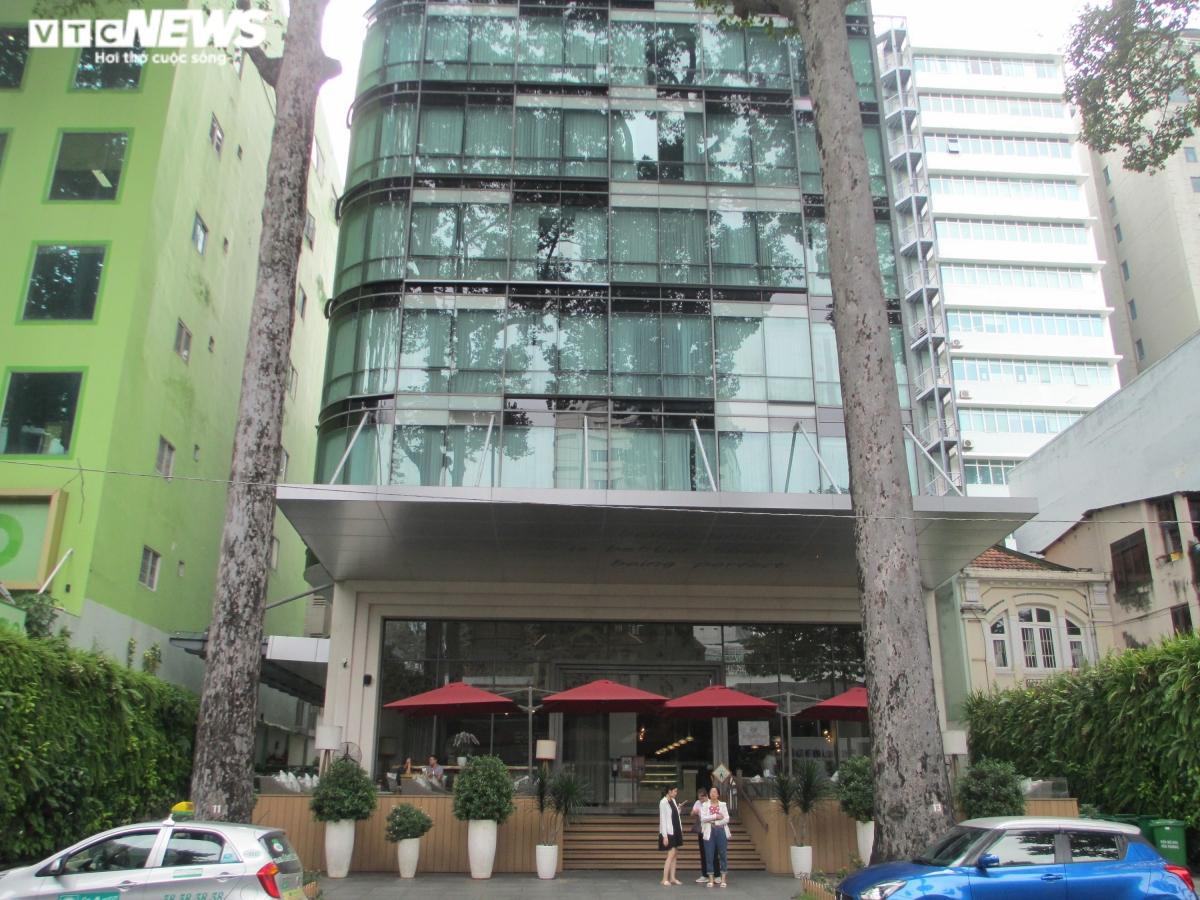 Làn sóng COVID-19 khiến nguồn vốn đổ vào các doanh nghiệp kinh doanh khách sạn ngày càng khó khăn. Giữa quý III/2020, số khách sạn tọa lạc vị trí mặt tiền khu trung tâm TP.HCM được chào bán ra thị trường liên tục tăng đều theo từng ngày.